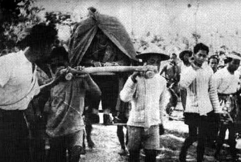 Jendral Sudirman ketika memipin gerilya dalam perang kemerdekaan. Sudirman adalah sosok  seorang guru dan santri yang saleh.