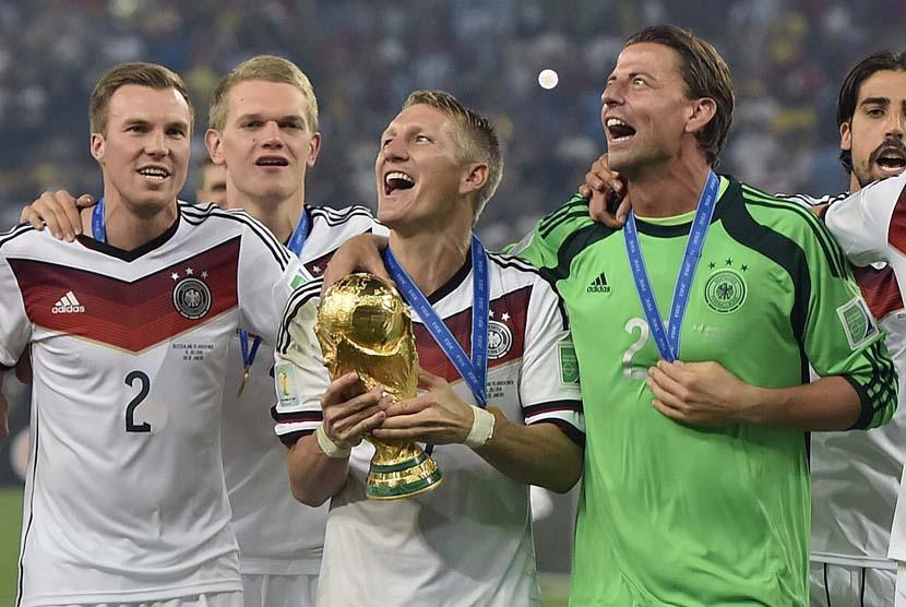 Jerman Bastian Schweinsteiger merayakan dengan trofi setelah Piala Dunia pertandingan sepak bola final antara Jerman dan Argentina di Stadion Maracana di Rio de Janeiro, Brasil, Minggu (13/7). (AP/Martin Meissner).