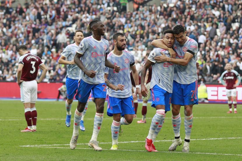 Jesse Lindgard dari Manchester United, kedua dari kiri, bereaksi dengan rekan setimnya setelah mencetak gol kedua timnya selama pertandingan sepak bola Liga Premier Inggris antara West Ham United dan Manchester United di Stadion London di London, Inggris, Minggu, 19 September 2021.