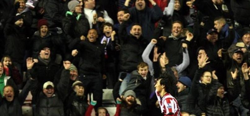 Ji Dong-Won, striker Sunderland, melakukan selebrasi usai menjebol jala Manchester City di laga Liga Primer Inggris di Stadium of Light, Sunderland, Ahad (1/1).