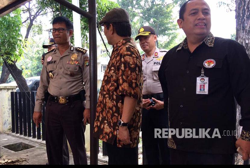 Jimly Asshiddiqie saat pantau truk-truk sembako yang diduga kiriman Anggota DPD Sukoharjo Fraksi PDIP, namun Kapolres Kalideres, Jakarta Barat, enggan berikan komentar.