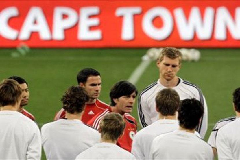 Joachim Low berbicara dengan anggota tim nasional Jerman dalam sesi latihan di Stadion Green Point, Cape Town, Afrika Selatan, Jumat 2 Juli 2010.