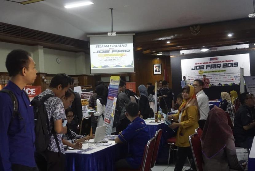 Job Fair UMM. Sebanyak 47 perusahaan manufaktur dan jasa se-Malang Raya dan Surabaya  meramaikan gelaran Job Fair Universitas Muhammadiyah Malang (UMM), Selasa  (5/3), di Ruang Auditorium BAU UMM.
