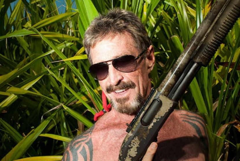 John McAfee mengambil potret dirinya dalam pelarian di  Belize