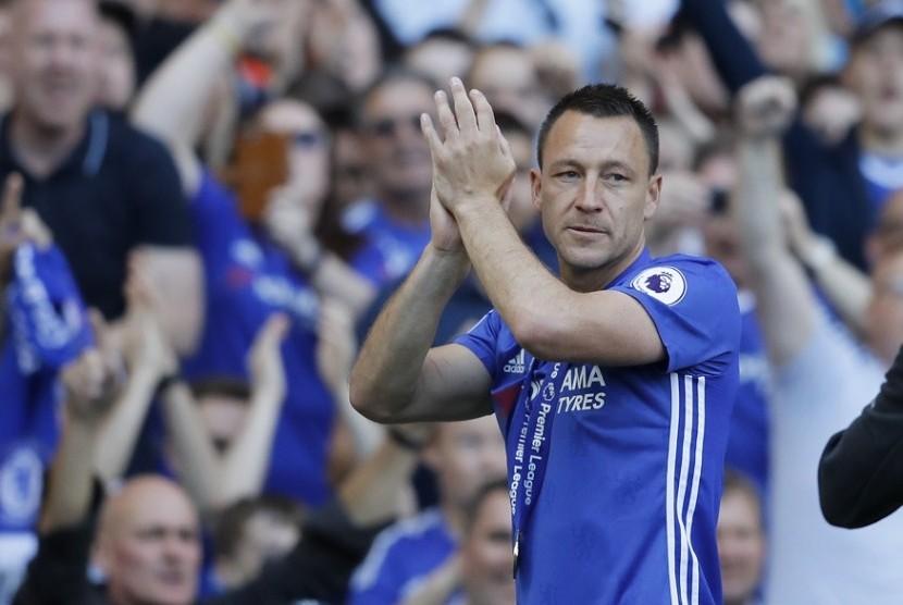 John Terry saat laga perpisahan bersama Chelsea musim lalu.
