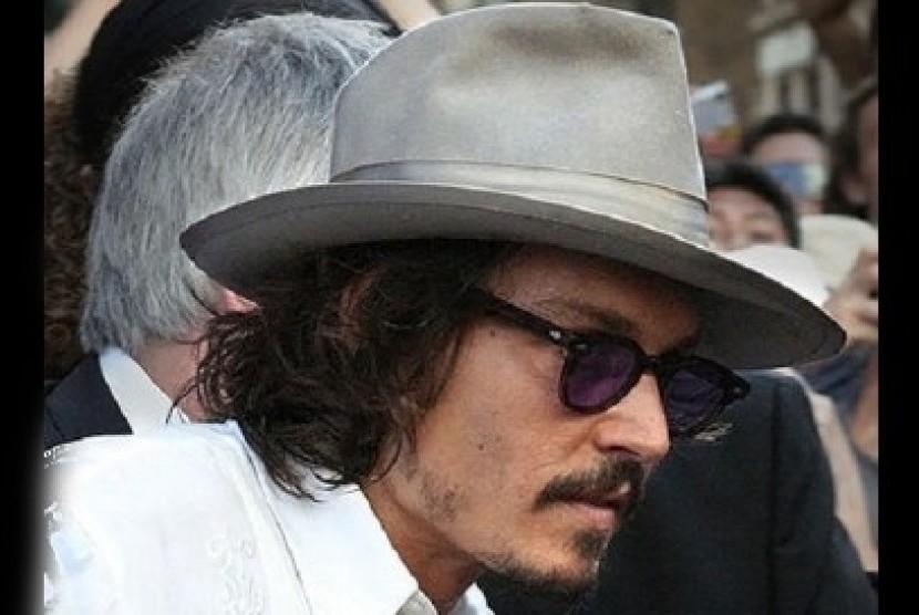 Johny Deep tampil bergaya dan memikat  dengan topi fedora