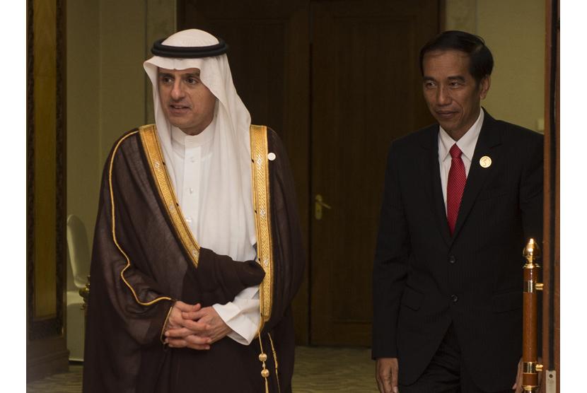 Joko Widodo (kanan) bersama Menteri Luar Negeri Arab Saudi Adel bin Ahmed Al-Jubeir (kiri) berjalan keluar ruangan Presiden usai pertemuan bilateral saat KTT Luar Biasa ke-5 OKI mengenai Palestina dan Al-Quds Al-Sharif di Jakarta Convention Center, Jakarta
