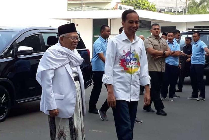 Joko Widodo (kanan) dan Ma'ruf Amin tiba di RSPAD Jakarta untuk menjalani tes kesehatan, Ahad (12/8).
