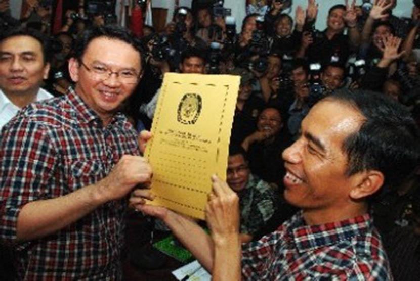 Gubernur DKI Jakarta Basuki Tjahaja Purnama atau Ahok (kanan) berjabat tangan dengan calon Gubernur DKI Anies Baswedan (kiri) sebelum melakukan pertemuan di Balai Kota, Jakarta, Kamis (20/4).