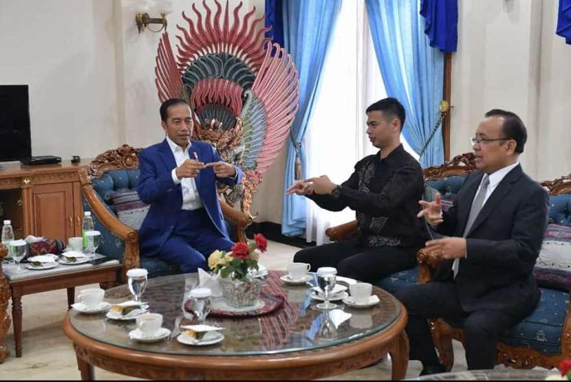 Jokowi belajar bahasa isyarat dari Surya Sahetapy.