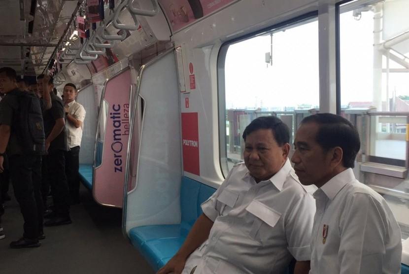 Jokowi dan Prabowo menikmati perjalanan dengan ratangga, Sabtu (13/7).