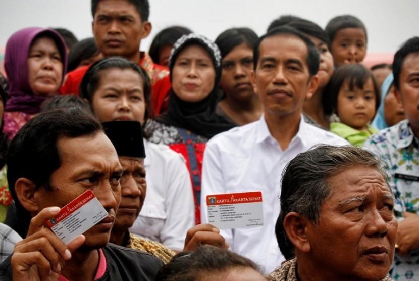 Jokowi membagikan Kartu Jakarta Sehat ke Warga DKI