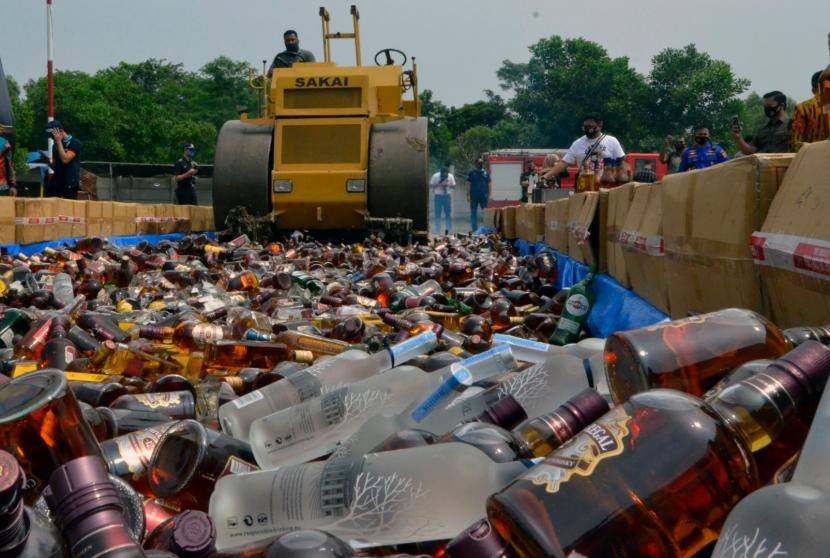 Operasi penyakit masyarakat (pekat) yang digelar Polresta Jambi melalui Tim Tekab Rangkayo Hitam menggerebek salah satu toko yang diduga menjual minuman keras ilegal di kawasan Pall 5, kemudian menemukan 197 botol minuman keras.