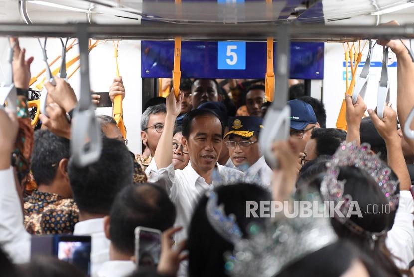 Jokowi mencoba MRT.