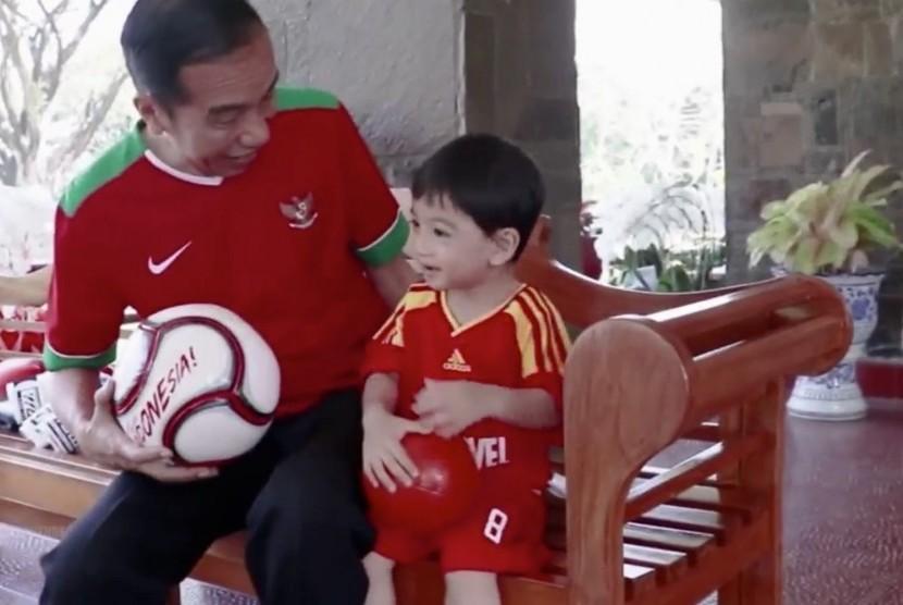 Jokowi mengajak cucunya Jan Ethes berolahraga di area Istana Presiden Bogor.