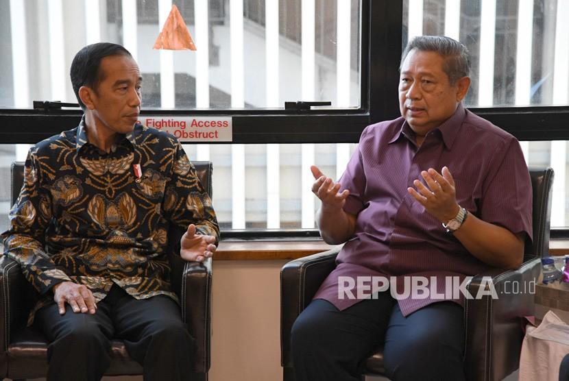 President Joko Widodo (left) talks to Indonesian sixth President Susilo Bambang Yudhoyono while visiting former first lady Ani Yudhoyono at National University Hospital, Singapore, Thursday (Feb 21).