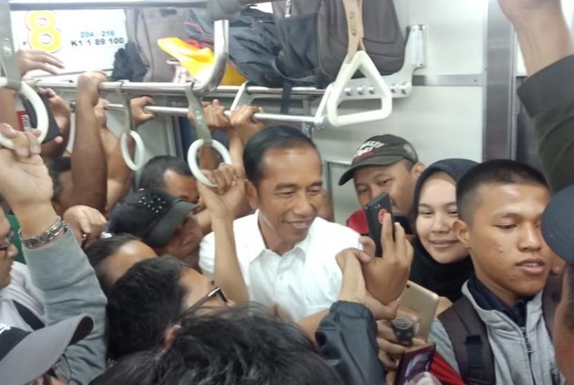 Jokowi Naik KRL. Presiden Jokowi pulang ke Istana Bogor menggunakan KRL, Rabu (6/3).