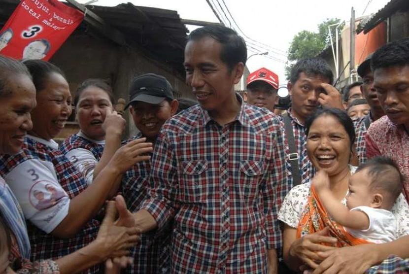 Jokowi saat mendatangi pendukungnya