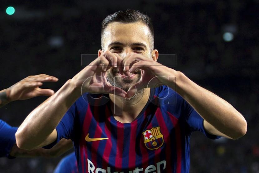 Jordi Alba merayakan kemenangan Barcelona.