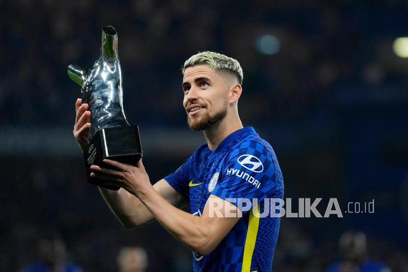Jorginho dari Chelsea memegang trofi yang dimenangkannya sebagai pemain terbaik UEFA tahun ini sebelum dimulainya pertandingan sepak bola Grup H Liga Champions antara Chelsea dan Zenit St Petersburg di stadion Stamford Bridge di London Selasa, Rabu (15/9) dini hari WIB.