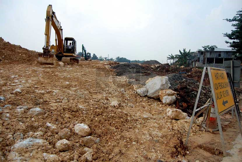 Proyek pembangunan jalan tol JORR W2 di Pesanggrahan, Jakarta Selatan. (foto : Raisan Al Farisi)