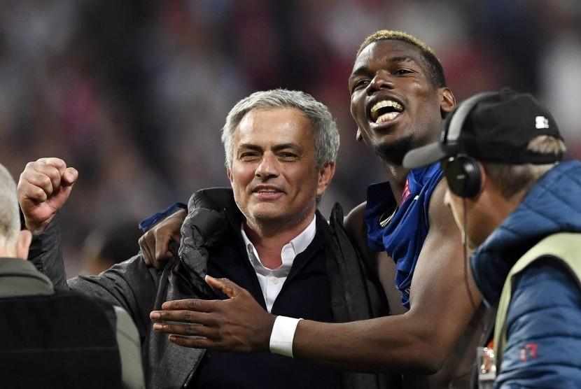 Jose Mourinho (kiri) dan Paul Pogba (kanan).