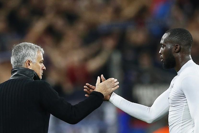 Jose Mourinho (kiri) dan Romelu Lukaku (kanan)
