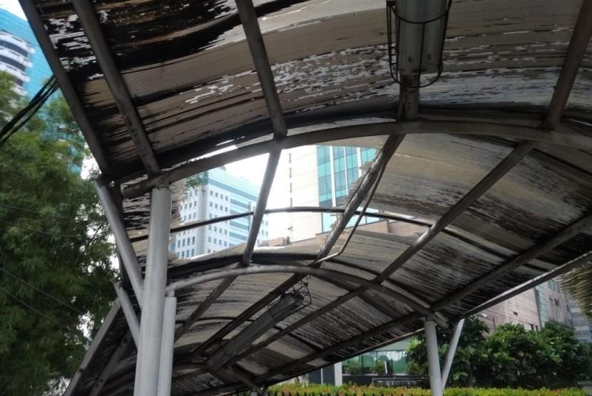 JPO di Jalan Letjen S  Parman,  Slipi, Jakarta Barat kondisinya tak terawat, Jumat (17/5).