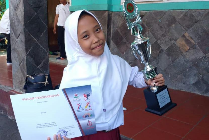 Juara Sains. Jessica Anak Juara binaan Rumah Zakat memenangkan piala juara lomba sains.