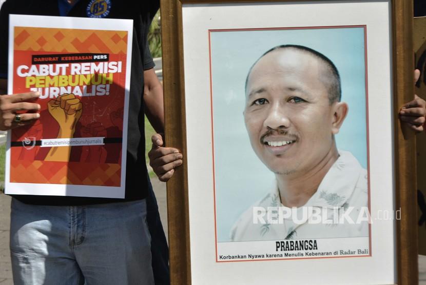 Jurnalis dan masyarakat yang tergabung dalam Solidaritas Jurnalis Bali menggelar aksi damai mendesak pembatalan remisi bagi I Nyoman Susrama di Monumen Bajra Sandhi, Denpasar, Bali, Jumat (25/1/2019).