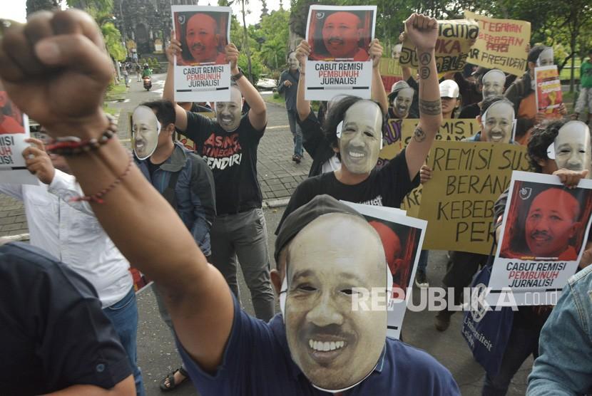 Jurnalis dan masyarakat yang tergabung dalam Solidaritas Jurnalis Bali mengikuti aksi damai mendesak pembatalan remisi bagi I Nyoman Susrama di Monumen Bajra Sandhi, Denpasar, Bali, Jumat (1/2/2019).