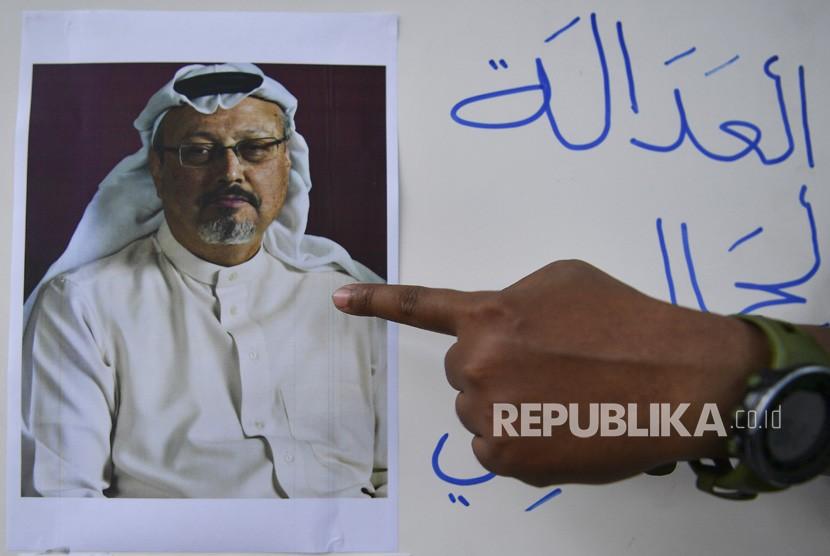 Jurnalis melakukan aksi solidaritas bagi wartawan Arab Saudi Jamal Khashoggi di depan Kedutaan Besar Arab Saudi, Jakarta, Jumat (19/10/2018).