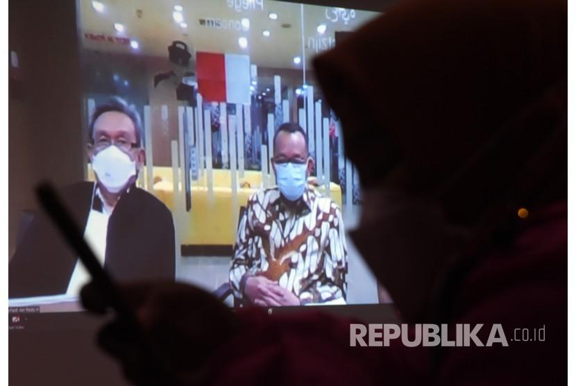 Jurnalis merekam sidang pembacaan tuntutan bagi terdakwa mantan Sekretaris Mahkamah Agung (MA) Nurhadi (kanan) dalam kasus suap dan gratifikasi penanganan perkara di MA yang digelar secara virtual dari Pengadilan Tipikor di Gedung Merah Putih KPK, Jakarta, Selasa (2/3/2021).