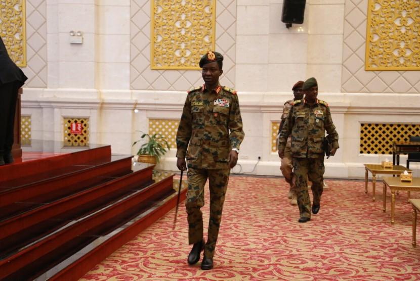 Juru bicara Dewan Transisi Militer (TMC) Shamseddine Kabbashi tiba untuk konferensi pers di Istana Kepresidenan di Khartoum, Sudan, Kamis (13/6).