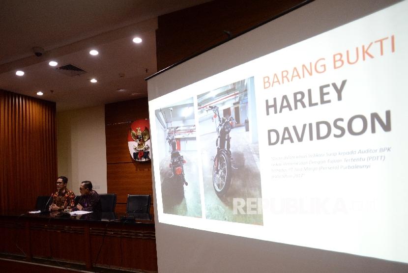 Juru Bicara KPK Febri Diansyah (kiri) dan Kepala Biro Humas dan Kerja Sama Internasional BPK, R Yudi Ramdan Budiman saat mengadakan konferensi pers di KPK, Jakarta, Jumat (22/9).