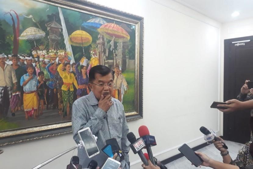 Jusuf Kalla. Wakil Presiden RI Jusuf Kalla saat diwawancarai wartawan di Kantor Wakil Presiden, Jalan Medan Merdeka Utara, Jakarta, Selasa (5/3).