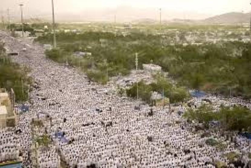 Jutaan calon jamaah haji melakukan wukuf di Padang Arafah.