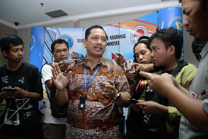 Kabag Humas BNN Kombes (Pol) Sumirat Dwiyanto memberikan keterangan terkait hasil tes urine dan rambut Ketua MK nonaktif Akil Mochtar di Gedung BNN, Jakarta, Selasa (8/10).   (Republika/Yasin Habibi)