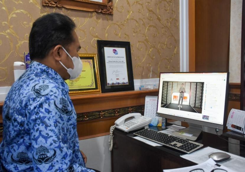 Kabag Protokol dan Komunikasi Pimpinan Setda Kota Denpasar Dewa Gede Rai saat menerima penghargaan Anugerah Humas Indonesia kategori Pemerintah Kota Terpopuler di Media Digital Tahun 2021 kepada Pemerintah Kota Denpasar yang dilaksanakan secara online pada Jumat (17/9).