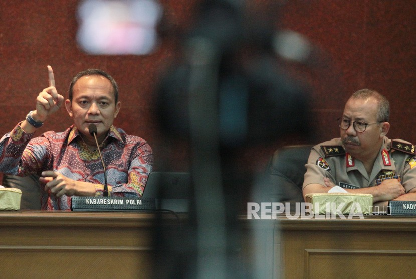 Kabareskrim Polri Komjen Pol Arief Sulistyanto (kiri) didampingi Kadiv Humas Polri Irjen Pol Setyo Wasisto (kanan) memberikan keterangan pers terkait rangkaian peristiwa peringatan Hari Santri Nasional di Garut di Mabes Polri, Jakarta (26/10/2018).