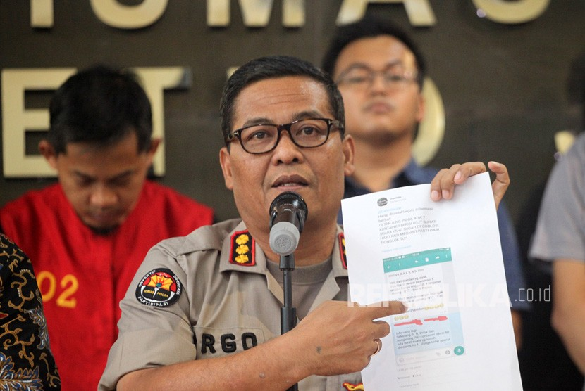 Spokesperson of Jakarta Metro Police Argo Yuwono (center) shows evidence and suspect of buzzer with initials MIK (left) at a press conference on on marked ballots case at Jakarta Metro Police headquarters, Friday (Jan 11).