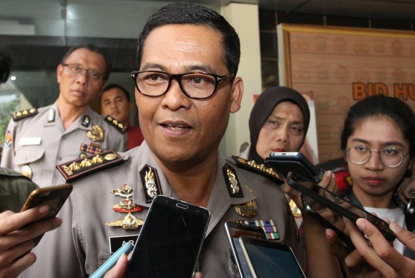 Kabid Humas Polda Metro Jaya Kombes Pol Argo Yuwono (tengah) memberikan keterangan kepada wartawan terkait penangkapan politisi yang terlibat narkoba di Polda Metro Jaya, Jakarta, Kamis (14/9).