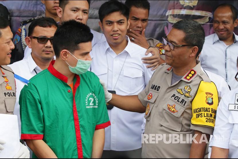Kabid Humas Polda Metro Jaya Kombes Pol Argo Yuwono (kanan) berbincang dengan tersangka kasus narkoba Steve Emmanuel (kiri) saat rilis di Polres Metro Jakarta Barat, Kamis (27/12/2018).
