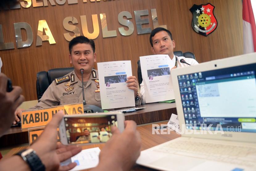 Kabid Humas Polda Sulsel Kombes Pol Dicky Sondani (kiri) dalam sebuah rilis kasus di Makassar, Sulawesi Selatan.