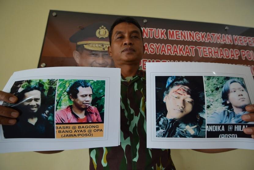 Kabid Humas Polda Sulteng AKBP Hari Suprapto menunjukkan foto Basri alias Bagong dan Andika, keduanya Daftar Pencarian Orang (DPO) teroris Poso di Mapolda Sulteng di Palu, Rabu (14/9).