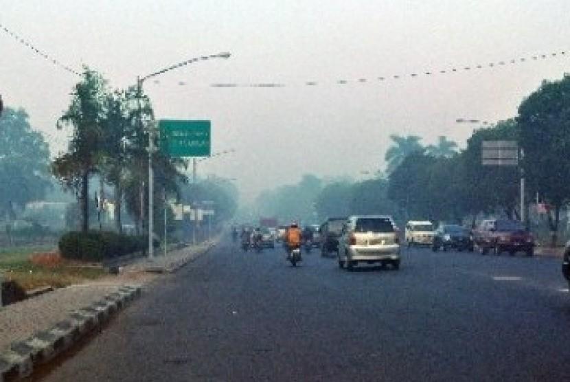 Kabut asap akibat lahan dan semak yang terbakar. (ilustrasi)
