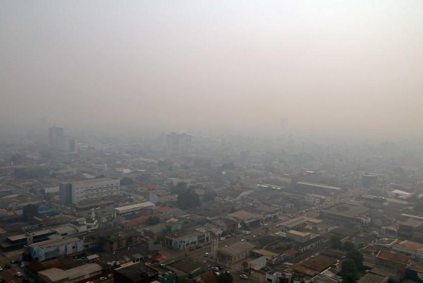 Kabut asap dampak kebakaran di hutan Amazon yang meliputi kota Porto Velho, Rondonia, Brasil.