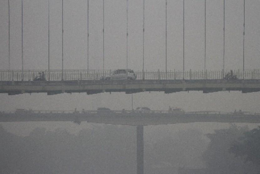 Kabut asap menyelimuti Pekanbaru, Riau.