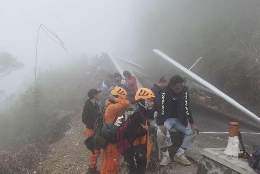 Kabut menyelimuti area lepas landas lomba Gantole Telomoyo Cup 2018 di puncak Gunung Telomoyo, Kabupaten Getasan, Kabupaten Semarang.