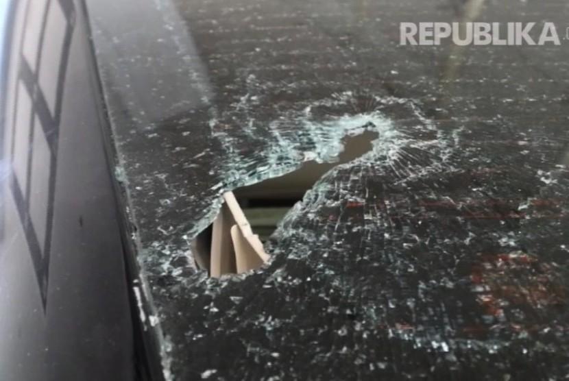Kaca mobil yang pecah akibat ricuh di Kemendagri